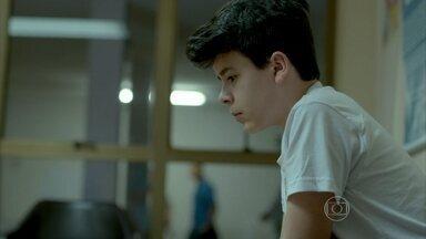 Xana tenta acalmar Luciano - Ele tenta abordar os enfermeiros do hospital para saber do estado de saúde da mãe do menino