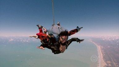 Tiago Abravanel salta de paraquedas, canta e dispara: 'Melhor que isso, só comer' - O ator foi acompanhado pelo famoso Sabiá!