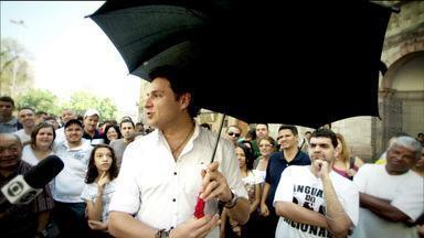"""Esotérico afirma saber fazer água em SP e simpatias fazem sucesso no país - Com falta d'água, cidades mineiras rezam para trazer chuva. Esotérico ensina mandingas e até um clássico """"chama chuva"""" para a capital paulista."""