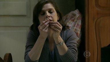 Cora decide vender as alianças que foram de Evaldo e Eliane - Megera tenta convencer Cristina a brigar na Justiça para ser reconhecida como filha de Zé Alfredo e as duas acabam discutindo