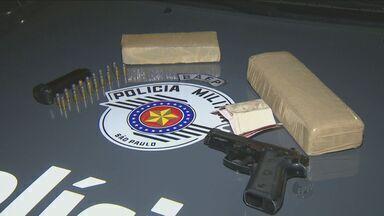 Polícia prende três homens por tráfico e porte de armas em Campinas - Droga estava na casa de um integrante de uma facção criminosa no Jardim Satélite Íris. Os policiais ainda apreenderam uma pistola e munições.