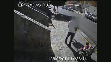 Região central de Ribeirão Preto registra média de seis furtos por dia em 2014 - Câmeras registram momento em que mãe é assaltada por ladrão e criança em carrinho corre risco de cair na rua.