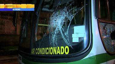 Trânsito: três homens depedram ônibus em Porto Alegre, RS - Eles tentaram descer do ônibus fora da parada.
