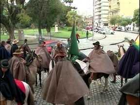 Semana Farroupilha é aberta oficialmente em Pelotas - Centelha da chama crioula é entregue ao prefeito pelos cavalarianos