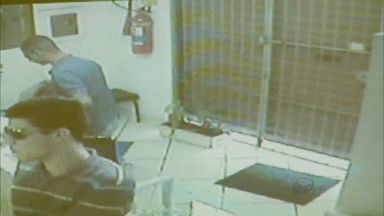 Trio assalta joalheria em São Sebastião do Paraíso, MG - A ação do grupo foi registrada por câmeras de segurança.