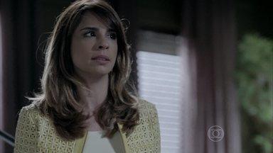 Danielle se aborrece com atraso da obra em seu apartamento - Ela afirma para José Pedro que Maria Marta está envolvida no desaparecimento do empreiteiro