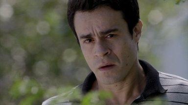 Fernando se enfurece ao ver beijo de Cristina e Vicente - Antonio interrompe o momento romântico do casal