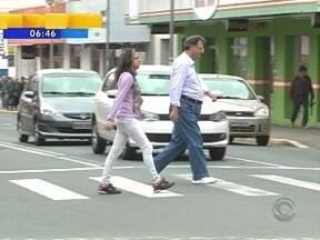 Pedestres de Joinville precisam de paciência para atravessar ruas - Pedestres de Joinville precisam de paciência para atravessar ruas