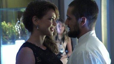 Érika vê Cristina com Vicente na festa da Império e fica louca para publicar a notícia - Jornalista tenta descobrir se foi Zé Alfredo quem a convidou para o evento