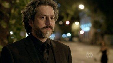 José Alfredo pede que Cristina volte para a festa - A moça fica irredutível e Maria Clara interrompe a conversa dos dois