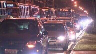Após protesto, trânsito fica congestionado em bairros de Vitória - Manifestação ocorreu na Ponte da Passagem, na tarde desta terça (23).Avenidas como a Reta da Penha e Leitão da Silva têm trânsito intenso.