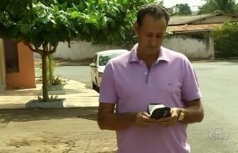 Comerciante acha carteira com R$ 400 e procura dono em Luziânia - Dono da quantia se surpreendeu com atitude do homem: 'Difícil acontecer'.Comerciante conta que já achou R$ 10 mil em sofá e também devolveu.
