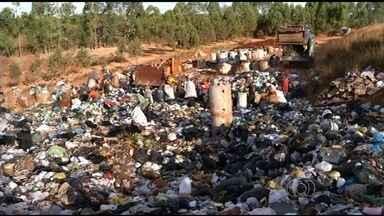 Catadores de lixo protestam após fechamento de lixão, em Anápolis - Desde o que os lixões foram proibidos, em agosto passado, catadores de lixo foram transferidos para uma cooperativa em Anápolis. Mas os trabalhadores não estão satisfeitos e protestaram.