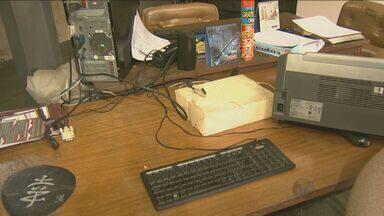 Suspeitos furtam equipamentos eletrônicos do Museu da Cidade em Campinas - Os criminosos levaram gabinetes e monitores de computadores, além de uma câmera fotográfica. Eles invadiram o museu após quebrarem uma das janelas do local.