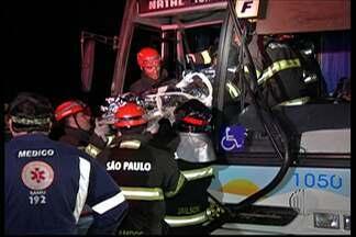 Acidente na Mogi-Salesópolis deixa um morto e dois feridos - A colisão entre um ônibus e um caminhão aconteceu na noite desta quarta-feira (24).