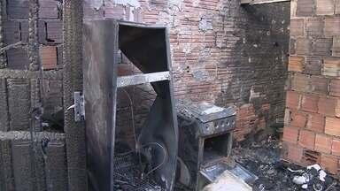 Crianças morrem em incêndio após mãe sair para acessar wi-fi, no AM - Meninos de um e dois anos estavam sozinhos em casa, diz Bombeiros.Mãe foi detida e causas do incêndio serão apuradas, segundo delegado.