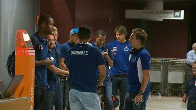 Cruzeiro enfrenta o Sport no Recife, em Pernambuco - Mesmo cansados, os cruzeirenses foram gentis com os torcedores que foram ao aeroporto.