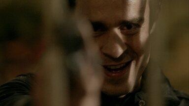 Fernando se prepara para matar Vicente - Advogado se esconde e aponta arma para o chef do cozinha