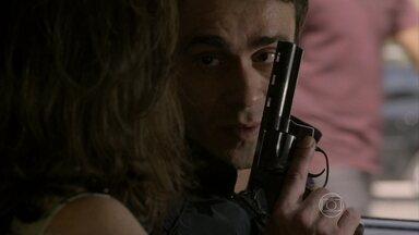 Fernando conta para Cora que pretende matar Vicente - Advogado mostra arma para a megera