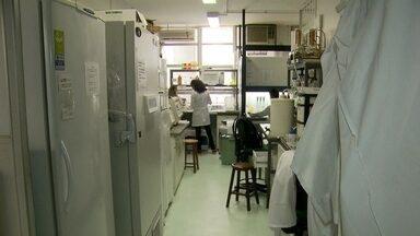 Alunos da UnB sofrem com falta de estrutura - Na faculdade de comunicação da UnB, o aparelho de ar condicionado não funciona. No laboratório de ciência, falta espaço e pesquisas estão praticamente paradas. Os alunos convivem com a falta de infraestrutura.