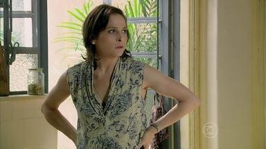 Cora tenta falar com Cristina sobre Fernando - A jovem se irrita com a tia