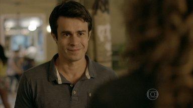 Fernando tenta se reaproximar de Cristina - Ela não se sente confortável ao reencontrar o ex-noivo.Tuane leva Victor de volta para o pai. Vicente busca Cristina para sair. Fernando se enfurece ao ver o casal