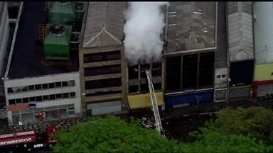 Incêndio atinge prédio no Centro de SP - O incêndio começou na madrugada. Os Bombeiros interditaram a Rua 25 de Março no início da manhã desta sexta-feira (3) para combater o foco de incêndio.