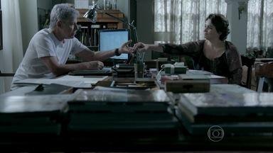 Beatriz conversa com Cláudio para que ele seja franco com Merival - Ela questiona o marido sobre seus sentimentos por Leonardo