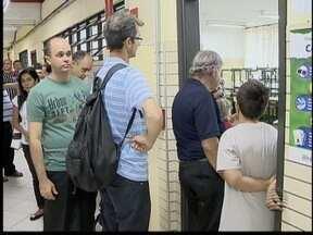 Problemas com urna ocasiona atraso na votação - População teve que esperar uma hora na fila.