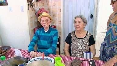 Idosos fazem questão de votar - Quem tem mais de 70 anos não precisa votar, mas alguns idosos fazem questão de ir às urnas.