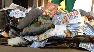 JA 1ª Edição desafia candidatos eleitos a ajudarem na limpeza de Goiânia - Toneladas de lixo de propaganda eleitoral foram despejadas nas ruas da capital na madrugada anterior às votações.