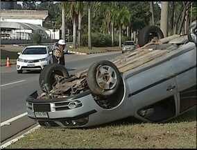 Carro capota na BR-381 em Ipatinga - Além do motorista, três pessoas estavam no veículo.