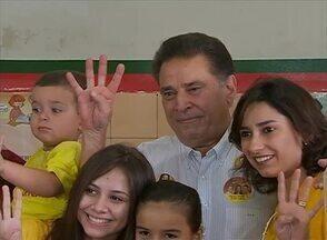 Governador João Lyra Neto votou acompanhado da família - Político votou no Colégio Municipal Álvaro Lins, no Bairro Maurício de Nassau.