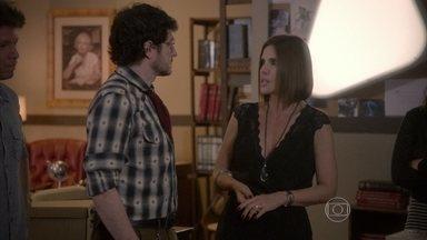 Lucrécia se preocupa com a segurança de seus alunos - Edgard e Dandara tentam distrair os alunos. Joaquina elogia René