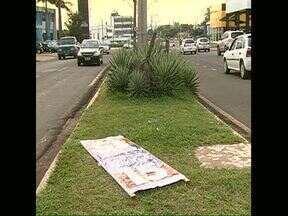 Cavaletes de políticos seguem espalhados pelas ruas de Londrina - Um dia após as eleições ainda é possível encontrar muitos cavaletes de candidatos nas rotatórias e canteiros centrais de Londrina.