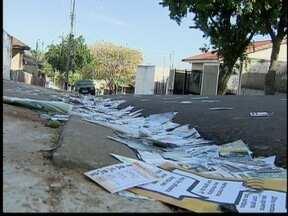 'Santinhos' espalhados pelas ruas incomodam moradores - Deficientes tiveram ainda problemas para ter acesso aos pontos de votação.