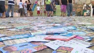 Em Manaus, limpeza de santinhos das ruas levará três dias, diz Semulsp - 300 servidores realizam varredura nas vias desde as 19h de domingo. Santinhos foram espalhados próximos a locais de votação, diz secretário.