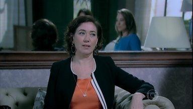Marta obriga Maria Clara a convidar Amanda para ser madrinha de seu casamento - Danielle promete se vingar da sogra