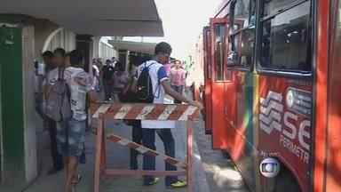 Passageiros enfrentam correria para entrar em ônibus durante greve do metrô no Recife - Desafio é chegar em tempo ao trabalho.