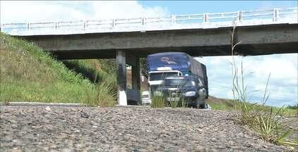 Mais um caminhão danificou o viaduto na BR-101, em Santa Rita - O problema é antigo e o viaduto já está com problemas estruturais por que alguns motoristas não respeitam o limite de altura e colidem com o viaduto.