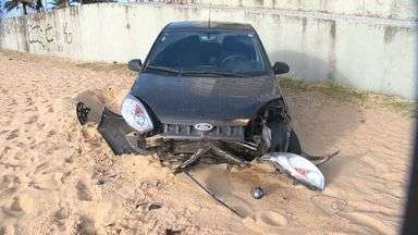 Carro bate e cai na areia da Praia da Costa, em Vila Velha, ES - Segundo testemunhas, motorista colidiu em banco e carro caiu na areia. Acidente aconteceu na manhã desta sexta-feira (10).