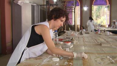 Grupo de restauradores recebe visitantes enquanto recupera museu - Com mais de cem anos de história, casarão imponente no centro de BH é sede do Museu Mineiro.