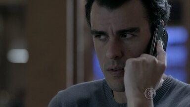 Enrico conta a Maria Clara que Maria Marta está no restaurante com Maurílio - A filha do comendador não gosta de saber da novidade e conta para José Pedro