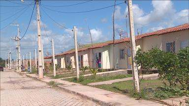 Imóveis do 'Minha Casa Minha Vida' são invadidos em Sirinhaém, Mata Sul - Famílias sorteadas estão revoltadas, pois deviam ter recebido as moradias há oito meses.