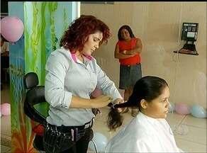 Voluntários se reúnem para arrecadar cabelos para pessoas com câncer - Voluntários se reúnem para arrecadar cabelos para pessoas com câncer