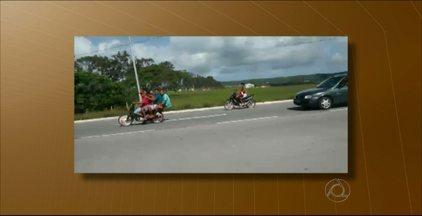 Veja flagrante de irresponsabilidade no trânsito em João Pessoa - Quatro pessoas ocupam uma só moto e todas estão sem capacete.