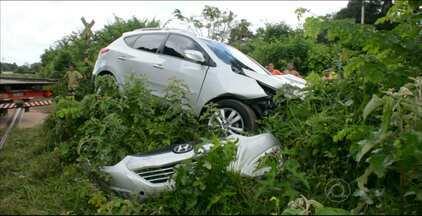 Carro e trem se envolvem em acidente em Santa Rita - Dos três homens que estavam no carro, dois ficaram feridos.