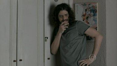 Jairo guarda as bolsas que roubou em seu armário - O filho caçula de Jurema desconfia do irmão