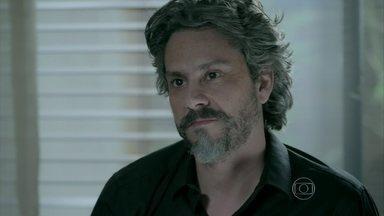 José Alfredo e Maria Marta se unem contra Maurílio - Casal tem medo de perder toda a fortuna da família para o rapaz