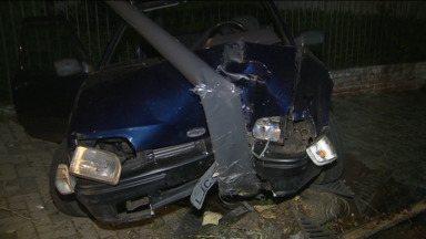 Carro bate em poste e árvore nesta madrugada no Hugo Lange - De acordo com os policiais, o uso do cinto de segurança evitou que os ferimentos das duas vítimas fossem mais graves